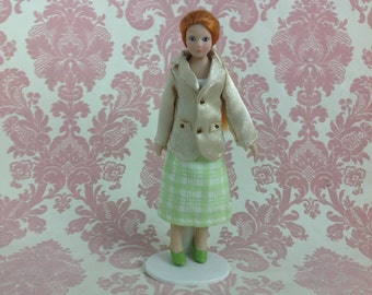 Dollhouse Miniature Porcelain Ponytail Lady Poseable Ceramic Doll with Stand 1:12
