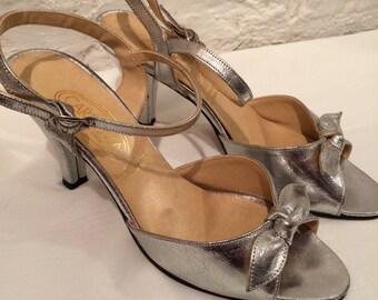 Vintage Carissima silver sandals size 5.1/2. 076