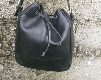 Bag Vintage/ 90s/ Black/ genuine leather/ adjustable shoulder strap/ lined/ interior zip/ model bucket/ height 30 cm