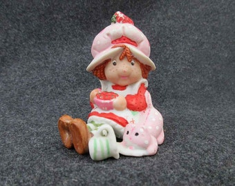 Vintage Strawberry Shortcake figurine, WWA 1981 collectible shelf sitter, ceramic cream pitcher kitten cat 80s girl bonnet pinafore dress