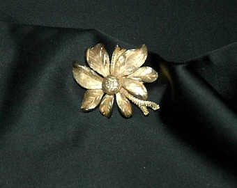 Lovely vintage 1950s goldtone flower brooch