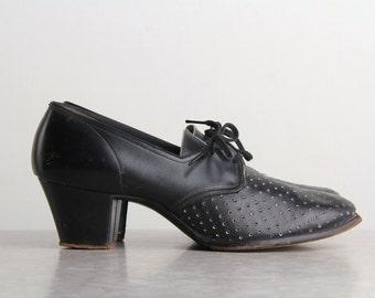 SALE - 1940s FLORSHEIM Shoes . Black Leather Vented Pumps
