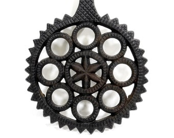 1948 Vintage Cast Iron Trivet | Kitchen Tool | Fall Baking | Mid Century Home Decor | Decorative Black Serving Trivet | Star Circle Design
