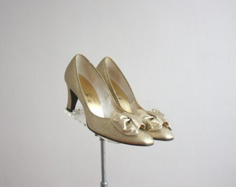 1960s golden bow pumps size 7