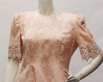 NAHNAH COLLECTION Vintage 1980s Peachy Pink w/ Lace and Shoulder Pads Short Sleeve Two Piece Dress SZ 6 V60015.2