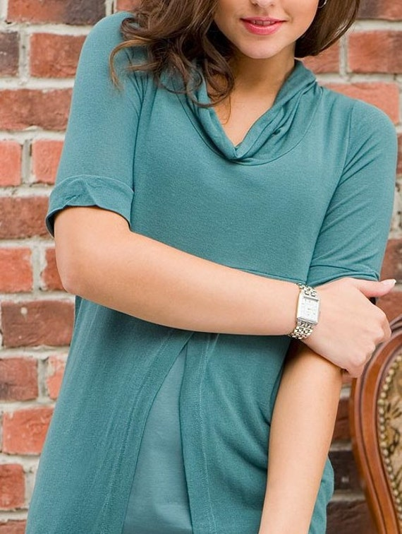 turquoise tunic with a round collar and sleeves to the elbow