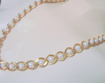 1980s Retro Goldtone Simulated Pearl Necklace / Vintage Jewelry / Jewellery