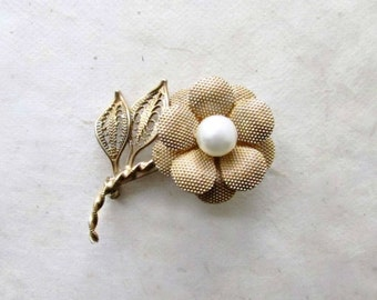 Vintage Gold Flower Brooch with Ivory Pearl. Antique Daisy Pin with Filigree Leaves. Whimsical Vintage Accessories for Bridal Brooch Bouquet