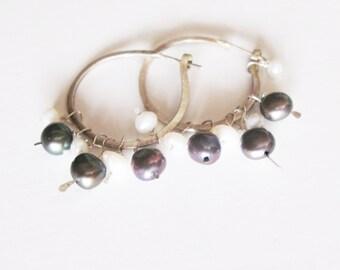Silver 925 hoop earrings with pearls / rustic hopp earrings / silver hoops / black pearls/white pearls