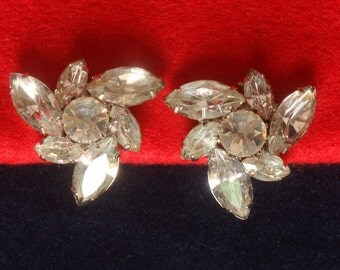 Vintage, sparkling clip-on earrings in silver tone with clear rhinestones. 50s-60s - cod. A112