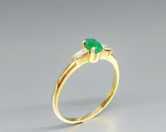 Fine Emerald solitaire engagement ring with two diamond set in 18K gold - gift idea- solid gold - precious gemstone high quality - fine ring