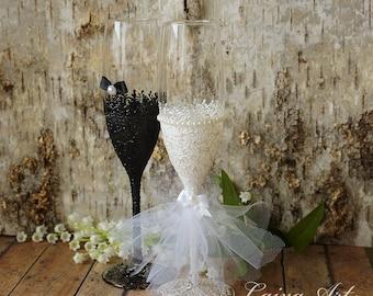 Wedding Champagne Flutes Black & White Wedding Champagne Glasses Wedding Toasting Flutes Bride and Groom
