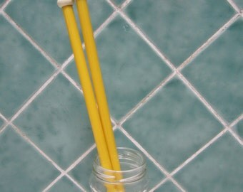 A Pair of Vintage Yellow Knitting Needles - Size  UK00 / US 13 / 9mm