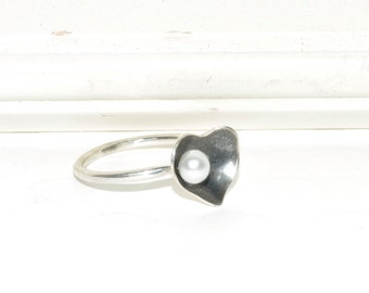 Ring with heart and cultured pearl
