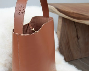 Bucket bag in leather.Spacious Shopping bag. Handmade.  Handle decorated with leather flowers. Present for her.  Must have.