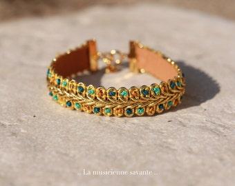 Bracelet doré, La musicienne savante.