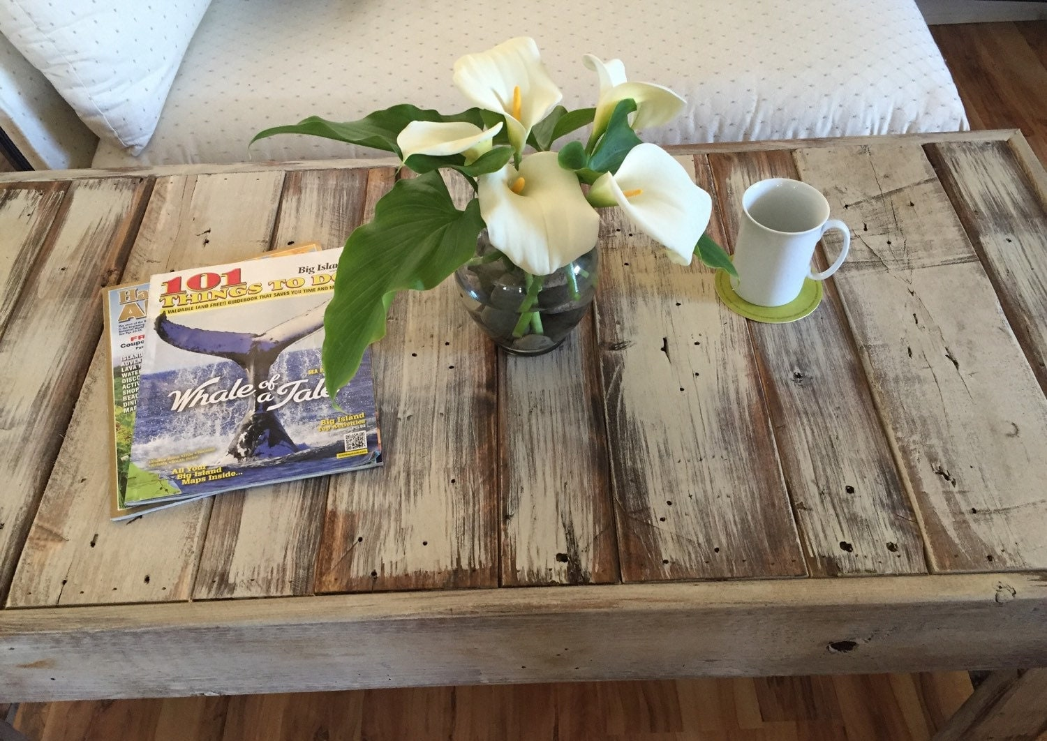 Shabby chic pallet bench beach coffee table by asoulfulpurpose for Pallet shabby chic