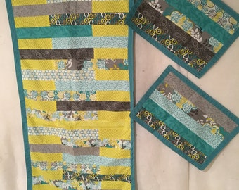 Table runner with two placemats