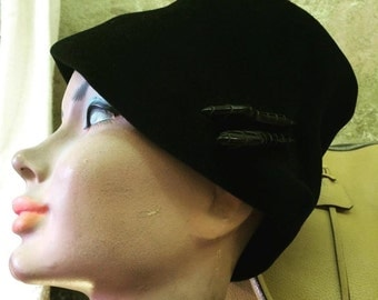 Hat with pins made of bakelite