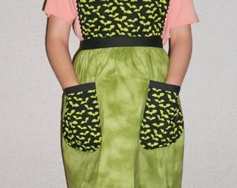 Halloween apron with bats green pockets