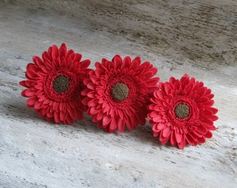 Red bridesmaid hair accessories Red wedding hair accessories Red flower clip Red flower jewelry Red flower pin Polymer clay flowers gerbera