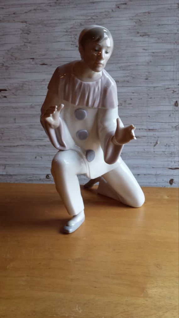 """Lladro """"Charmingness"""" #1004848 Kneeling on One Knee Issued 1973 and Retired 1985"""