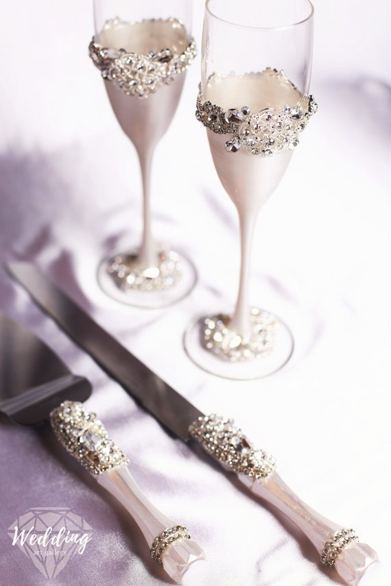 and white bride and groom glasses set of 4 wedding toasting flutes