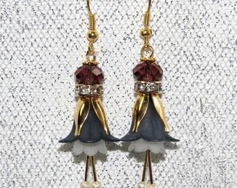Graceful Elves earrings - each a calyx with 2 stamens, Golden petals and sparkling rhinestones and Swarowskiperlen