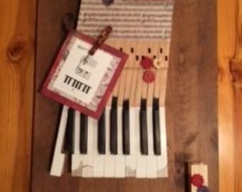 "Piano key ""NOTE"" board."