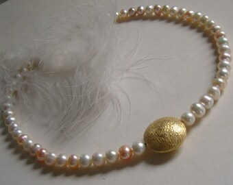 Very delicate Bead Necklace - soft pink with gold