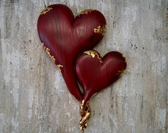 Cuori rossi intagliati in legno di cedro
