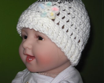 White hat with small flower (0-3 months)