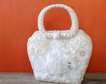vintage 1960s purse . white raffia purse with large fake flowers . floral straw purse with top handle . beach wedding purse, made in Japan
