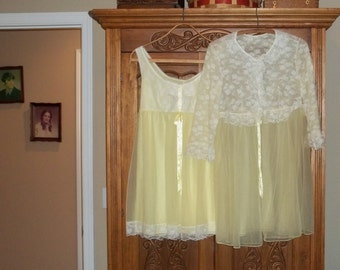 """Gotham Yellow Night Gown,Robe Peignoir set,Very Good Condition,size Small ,34""""-36"""" Chest ,Honeymoon,Intimate Apparel ,Shortie Double Chiffon"""