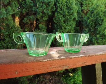 FREE SHIPPING vintage green depression glass creamer and sugar set (Vault 5)