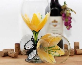 Stargazer lily, painted wine glass, flower wine glass, personalized, gift, wine goblet, birthday wine glass, yellow wine glass, floral decor