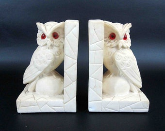 Vintage Owl Bookends in White Plaster. Circa 1960's.