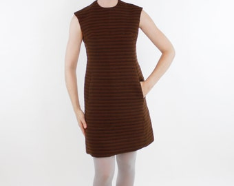 Vintage 60's brown sleeveless dress, thick material, textured horizontal stripes, front pockets, fitted shape - Small