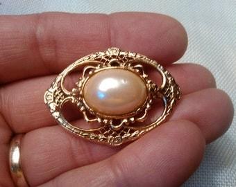 Vintage faux pearl cab brooch in golden metal open work setting