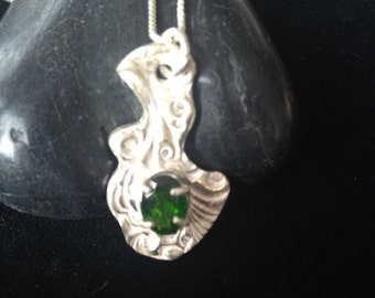 Chrome diopside in fine silver