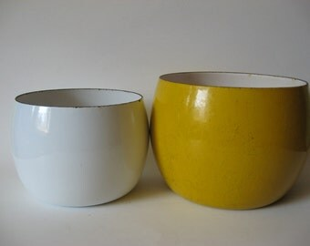REDUCED Set of two Dansk Kobenstyle enamel vintage metal nesting bowls IHQ France yellow white smalll medium
