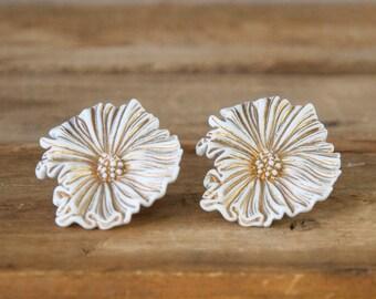 1950s 60s Vintage White and Gold Flower Earrings. Post Back.