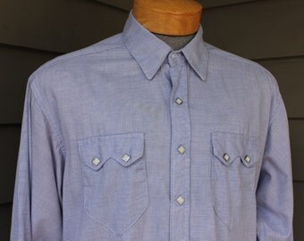 newer vintage -Rockmount- Men's Western long sleeve shirt. Blue end-on-end - Fancy yoke detail - Pearl snaps. Large - XL 16 X 36 Long
