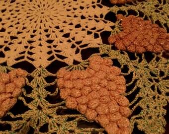 BeAuTiFuL 1940s vintage lace purple GRAPES DOILY doilie handmade 16inch