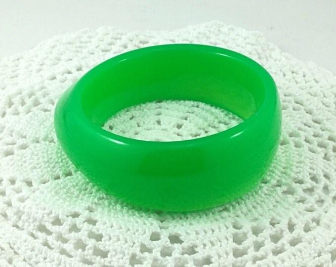 Bold Glowy Chrysoprase Green Plastic Bangle, Green Chunky Vintage Bracelet. Dark Green Plastic Bracelet. Jello Plastic Bracelet.
