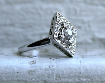 Beautiful Vintage 14K White Gold Diamond Solitaire Floral Ring Engagement Ring.
