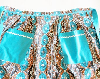 Lovely German Vintage Short Apron in Cotton Flower Farbric with Zig Zag Trim, Made in the 70s