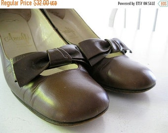 ON SALE VINTAGE. brown. Bow. pumps. 1960s. Leather. Size 7 narrow.