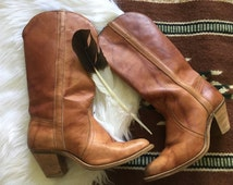 Vintage Caramel Brown Leather Cowgirl Bohemian Festival Western Wood Stacked Heel Boots 8.5