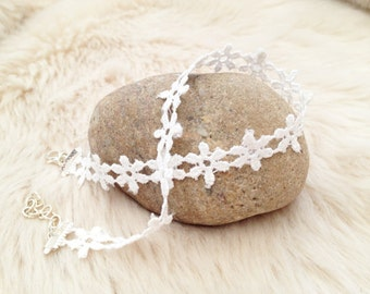 White daisy chain lace flower fabric choker. UK summer jewellery